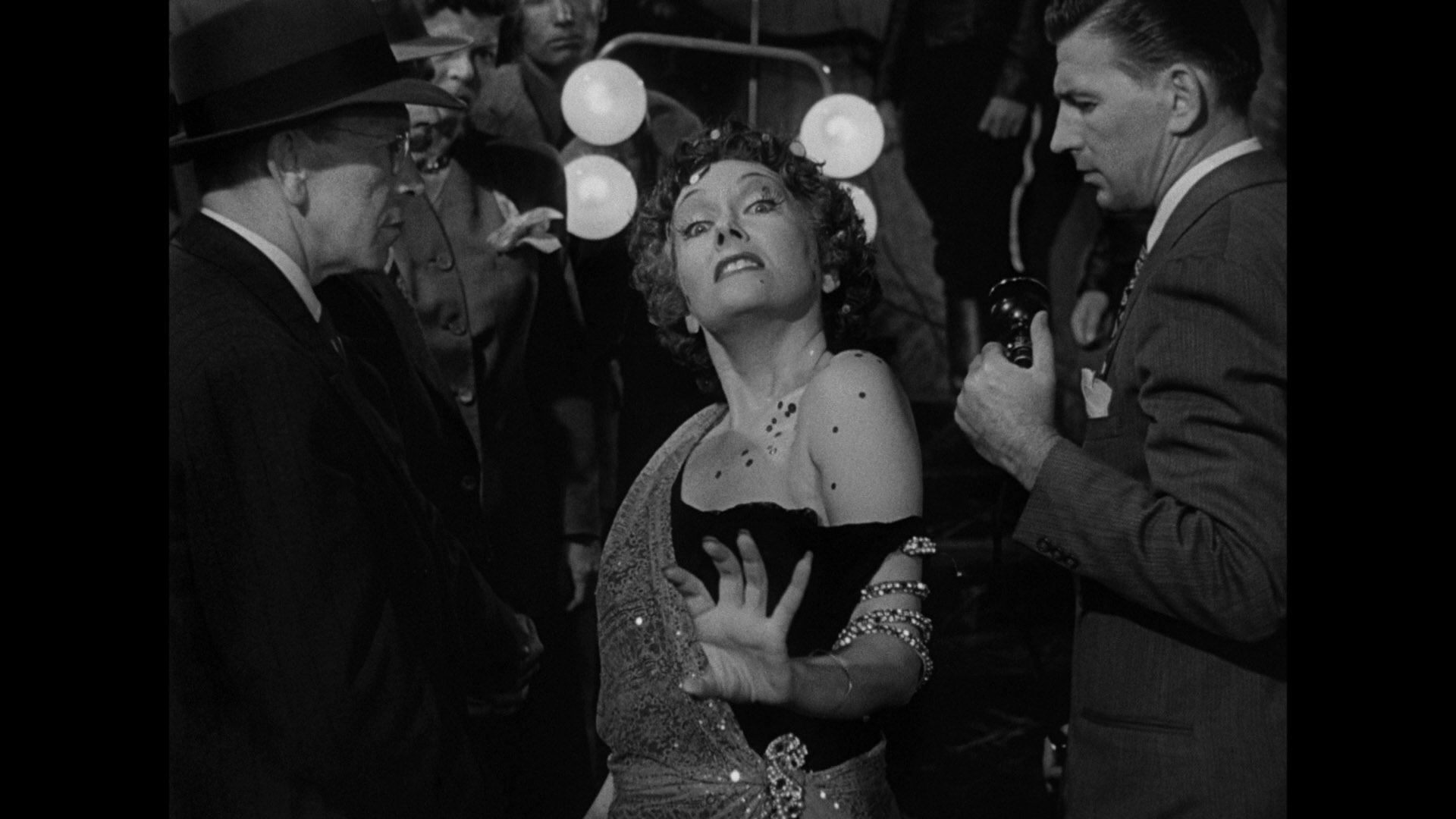 movie analysis of sunset boulevard film studies essay Sunset boulevard analyses essay bros july 13, 2016 write a classical narrative analysis on: sunset boulevard for billy wilder, 1950 ( the film that must be analyzed) note: essays that do not meet the academic research requirement.